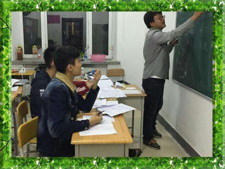 图片为哈尔滨新发展2014年高考复读学生上课现场照片