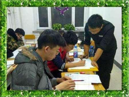 图片为哈尔滨新发展2016年高考复读学生上课现场照片