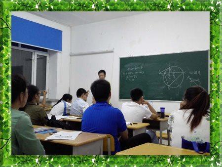 图片为2006年哈尔滨新发展高考特训营学生上课的现场照片