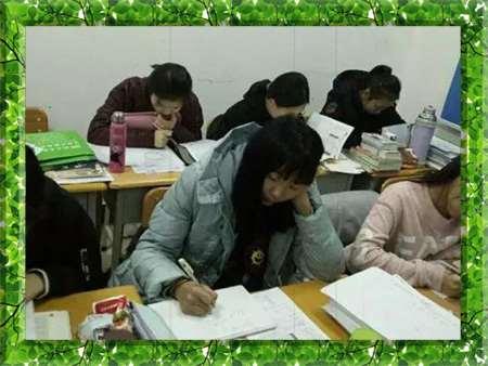图片为哈尔滨新发展2007年高考复读学生上课现场照片
