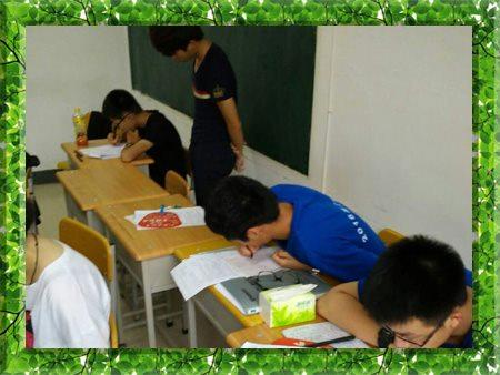 图片为哈尔滨新发展2011年高考全日制学生上课现场照片